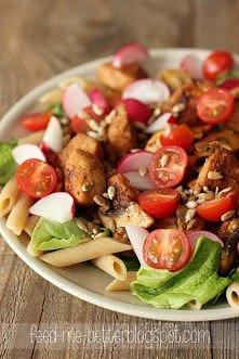 SAŁATKA Z MAKARONEM I KURCZAKIEM przepis na 1 porcję - 450 kcal 150 g mięsa z piersi z kurczaka 50 g pełnoziarnistego makaronu 2 liscie sałaty 2 pieczarki 6 pomidorków cherry 4 ...