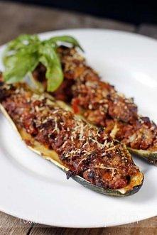 FASZEROWANA CUKINIA przepis na 1 porcję 1 nieduża cukinia 100-130 g mięsa z indyka (zmielonego) 1/2 cebuli 1 ząbek czosnku 2 małe pomidory 5 pieczarek kawałek papryczki chili od...