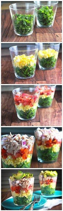 tęczowa sałatka: szpinak, kukurydza, pomidory, tuńczyk, czerwona cebula, awok...