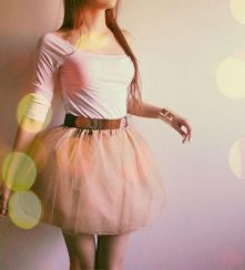 Piękna tiulowa spódnica rozkloszowana w kolorze nude. Dzięki temu ,że jest to spódnica a nie sukienka masz wiele możliwości. Idealna na codzien - wystarczy ubrać wykły t-shirt b...