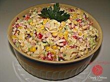 Sałatka z tortellini Składniki: tortellini (mięsne) kukurydza z puszki papryka czerwona ogórek zielony por (biała część) szynka ser żółty szczypiorek majonez + jogurt naturalny ...