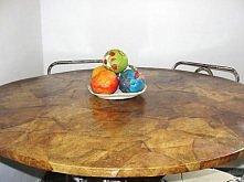 stolik obklejony filtrami po kawie