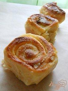 Delikatne drożdżówki pieczone w mleku -Mąka - 400 g  · Mleko - 250 ml  · Jaja - 2 szt.  · Cukru - 1 łyżeczka.  · szczypta soli  .  · drożdże świeże - 20 g  · Na nadzienie: masło...