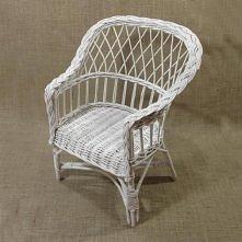 Wiklinowy fotelik dla dzieci, wykonany z naturalnej wikliny, pomalowany na biało