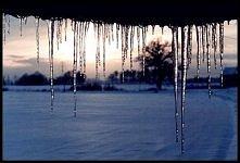 zimowy krajobraz z sopelkami