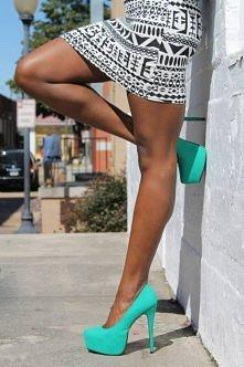 biała spódniczka w czarne wzory do tego turkusowe szpileczki, Like it ;)