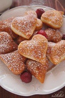 PACZKI NA WALENTYNKI.  Pączki na Walentynki przepis:  WSZYSTKIE SKŁADNIKI MUSZĄ MIEĆ TEMPERATURĘ POKOJOWĄ.  250 ml mleka 14 g suchych drożdży 3 łyżki cukru 500g mąki pszennej sz...