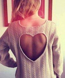 sweterek z wyciętym serduszkiem na plecach, modnie jak zwykle :D