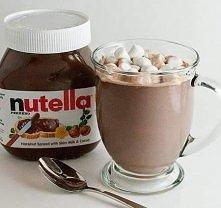 Deser z nutelli SKŁADNIKI: -1 kubek mleka,  -2 duże łyżki nutelli , - bita śmietana ,  -mini pianki marshmallows .  Wykonanie:  Wlać ok 1/4 mleka do garnka i podgrzewać na średn...