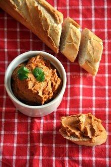 Portugalska pasta z sardynek  Skladniki: - 1 puszka (120 g) sardynek w oleju - 1/2 sredniej cebuli, pokrojonej w kostke - 50 g masla - 5-6 suszonych pomidorow - 1 lyzeczka wedzo...