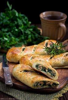 Stromboli z łososiem, szpinakiem i mozzarellą  Ciasto:     * 250 g mąki  * 5 ...