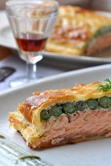 ŁOSOŚ ZE SZPARAGAMI ZAPIEKANY W CIEŚCIE:  Składniki *ciasto francuskie - 1 opakowanie *filet z łososia - 350 g *szparagi zielone - 1 pęczek *śmietana kwaśna - 3 łyżki koperek - ...