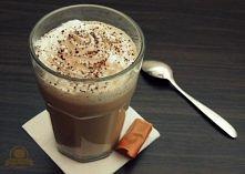 Krówkowe Latte   Składniki (na 1 dużą kawę):   - 100 ml mocnej kawy - 150 ml ...