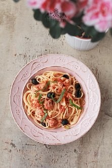 Spaghetti z tuńczykiem, serem feta i oliwkami