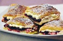 Francuskie ciasteczka z leśnym nadzieniem Składniki: - 2 schłodzone opakowania ciasta francuskiego - 3 łyżki cukru - 1 jajko - 1 łyżka zimnej wody - dżem z owoców leśnych - krem...