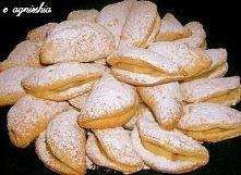Cipeczki z jabłkiem - od Eli -35 dag mąki -1 dag drożdży -pół łyżki cukru -szczypta soli -10 dag śmietany -20 dag masła -1 jajo -1 żółtko  -jabłka obrane i pokrojone w zależnośc...