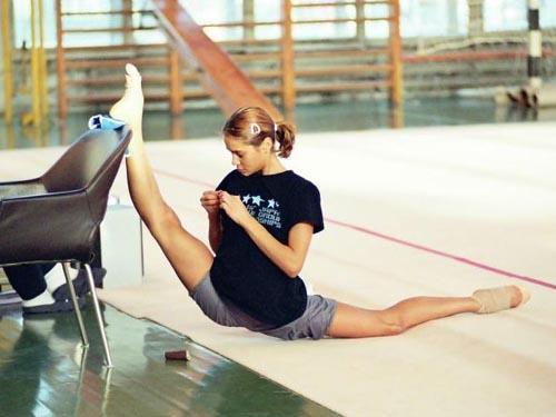 Szpagat w tydzień a nawet w jeden dzień ! 1. Rozpoczynamy rozgrzewką, która rozciągnie wasze mięśnie i pozwoli na upragniony szpagat. Oto kilka prostych ćwiczeń:  • stojąc w rozkroku wykonujemy krążenia bioder w obie strony na przemian,  • połącz stopy i kolana i wykonaj krążenie kolanami oraz stawami skokowymi,  • przebiegnij się w miejscu przez kilka minut w energicznym tempie,  • wykonaj serię skip A (kolana w biegu do góry),  • wykonaj serię skip B (pięty dotykają pośladków),  • wykonaj kilka pajacyków  • wykonaj kilka przysiadów 2. Następnie przystępujemy do rozciągania:  • trzymając kolana ugięte pod kątem prostym wykonujemy wykrok nogą ugiętą w kolanie, a stopa nogi prostej leży prostopadle do podłoża, rozciągamy się w tej pozycji około 25 sekund,  • zmieniamy nogę i powtarzamy ćwiczenie około 3 razy na każdą nogę,  • wykonujemy 15 przysiadów w celu dogrzania mięśni nóg,  • w lekkim rozkroku wykonaj skłon w bok z rękoma wyciągniętymi do góry, wykonuj ćwiczenie dokładnie nie wychylając się ani do przodu ani do tyłu,  • zmiana strony skłonu i to samo ćwiczenie, powtarzamy je kilka razy, by odczuć rozciągające się mięśnie z tyłu tułowia i od wewnętrznej strony ud,  • w szerokim rozkroku pochylasz się do przodu wyciągając do przodu ręce by oprzeć dłonie na podłodze,  • pchając biodra w tył, wyciągaj się do przodu, zachowaj plecy proste, to ważne,  • ćwiczenia wykonuj powoli i dokładnie by nie zrobić sobie krzywdy, efekty i tak pokażą się stopniowo,  • usiądź na podłodze...