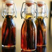 Domowa esencja waniliowa:  - ćwiartkę białej zwykłej wódki  (nie musi być jakaś ani droga ani firmowa) oraz  - 3-4 całe laski wanilii (madagaskarska, bourbon, tahitian)  Przekra...