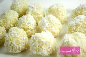 Czas przygotowania: 50 min. Składniki: 1 porcja = 20 szt. miękkie masło 100g biała czekolada 200g cukier puder 50g migdały (obrane ze skórki) 20 szt. wiórki kokosowe 150g wiórki kokosowe do obtoczenia Rafaello czekoladki wykonanie Krok 1 Migdały sparzamy i obieramy ze skórki. Krok 2 Do miski dodajemy miękkie masło oraz cukier puder i całość miksujemy na puszysty i gładki krem. Krok 3 W miseczce na parze rozpuszczamy białą czekoladę i odstawiamy do wystudzenia. Następne stopniowo dodajemy do masła wymieszanego z cukrem pudrem. Krok 4 Do przygotowanej masy stopniowo dodajemy wiórki kokosowe i cały czas mieszamy drewniana łyżką. Następnie masę czekoladową dostawiamy do lodówki na 40 min. aby stwardniała. Krok 5 Z przygotowanej masy formujemy czekoladki, a do środka wkładamy po 1 migdale. Następnie uformowane kulki obtaczamy w wiórkach kokosowych. Krok 6 Przygotowane czekoladki rafaello obtoczone w wiórkach odstawiamy do lodówki na 4 godz. aby stwardniały