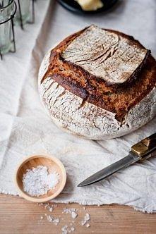 Domowy chleb - CUDO!  Przygotuj: 100 g mąki żytniej, 300 g mąki pszennej, 1,5 łyżeczki soli morskiej, 10 g świeżych drożdży (czyli 1/10 kostki, malutko, ale da radę), 250 ml wod...