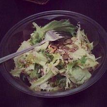 fit sniadanie do szkoly ! zamiast tlustych bulek z ocuekajacym keczupem czy majonezem - pyszna salatka - salata poszatkowana z Biedronki , kielki, pestki z dyni i troche oliwy z...