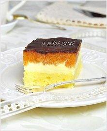 DELICJA  Biszkopt: - 3 jajka, - ½ szklanka cukru, - ¾ szklanki mąki tortowej, - szczypta soli  Masa jabłkowa: - 4 średnie jabłka, - 1 opakowanie galaretki pomarańczowej  Masa se...
