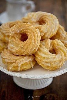Pączki hiszpańskie ciasto parzone: 250 ml wody 60 g masła szczypta soli 150 g mąki pszennej 3 jajka ( najlepiej rozmiar m)   lukier 150 g cukru pudru 3 łyżki wody   papier do pi...