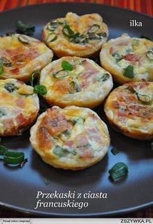 Składniki na 12 sztuk:  1 opakowanie ciasta francuskiego (275g)   ok. 70g szynki lub innej wędliny  ok. 100g startego na tarce żółtego sera  ok. 2 łyżki posiekanego szczypiorku ...