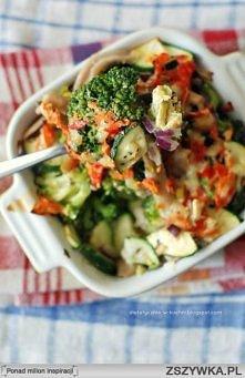 Skład:  100 g brokułów  50 g cukinii  30 g żytniego makaronu razowego  1 łyżka posiekanej czerwonej cebuli  1/4 czerwonej papryki  1 jajko  1 łyżka chudego serka kanapkowego lub...