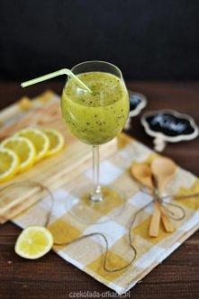 Zielone smoothie z kiwi :)  Składniki:  3 kiwi (dojrzałe) 1 duży, dojrzały banan (lub 2 mniejsze) 3/4 szklanki soku z pomarańczy 1 łyżka soku z cytryny (opcjonalnie) 1-2 łyżki m...