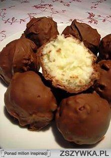 KULKI BOUNTY Składniki: 250 g wiórków kokosowych 100 ml śmietanki kremówki 70 g cukru pudru 70 g masła kilka kropli esencji waniliowej 200 - 250 g mlecznej czekolady  Przygotowa...