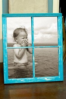 Stare okno w roli ramki na zdjęcie