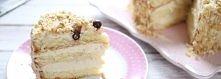Tort chałwowy  Składniki biszkopt do tortów 1 kostka masła 1,5 budyniu wystudzonego 300-400 g chałwy szklanka orzechów ziemnych niesolonych wiórki kokosowe draże czekoladowe do ...