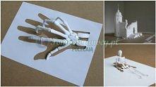 kartka papieru w rękach artysty