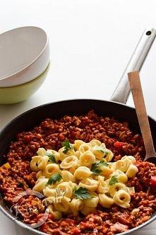 Przepis na bardzo szybki obiad, tortellini z mięsnym sosem pomidorowym. Przep...