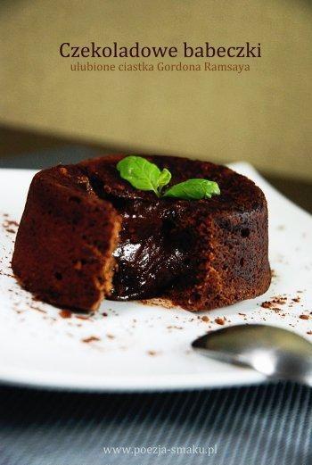 Składniki:  50 g masła (+ dodatkowo do wysmarowania foremek) 50 g gorzkiej czekolady 2 łyżeczki gorzkiego kakao do wysmarowania foremek 1 jajko 1 żółtko 60 g cukru pudru (mniej niż pół szklanki) 50 g mąki pszennej (ok. 1/3 szklanki)  Piekarnik nagrzewamy do 160°C. Kokilki lub foremki (o średnicy ok. 7,5 cm) smarujemy masłem i wysypujemy kakaem. W kąpieli wodnej (w misce umieszczonej nad garnkiem z gotującą się wodą) rozpuszczamy czekoladę z masłem. Mieszamy i odstawiamy do ostygnięcia na 10 minut. Jajko, żółtko i cukier miksujemy na puszystą masę. Dodajemy stopniowo czekoladę. Przesiewamy mąkę i mieszamy całość łyżką. Przelewamy do foremek, pieczemy przez 12-14 minut. Od razu podajemy.