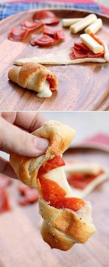 Składniki :  - salami  - ser w kawałku (np.morski) - suszone pomidory - ciasto francuskie (w tym przepisie wykorzystano kupne)  Salami, ser i suszone pomidory kroimy na niewielk...