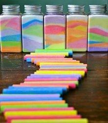 jak zrobic kolorową sól na ozdobe? wystarczy zmieszac sól z kreda i wsypac np. do sloika :)