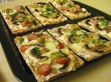 6 kromek pieczywa chrupkiego żytniego tarta mozzarella i cheddar 5 małych pieczarek 1/2 frankfurterki 5 oliwek zielonych szczypiorek  na kromkach pieczywa rozkładamy starty ser....