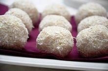 Dietetyczne pralinki kokosowe  Składniki na około 20 sztuk:  0,5 l mleka 0% 6 łyżek kaszy manny 4 łyżki zmielonych płatków owsianych górskich 2 łyżki wiórek kokosowych (najlepsz...