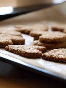 Zdrowe kokosowe ciasteczka owsiane  Składniki: (25 ciastek) 230 g płatków owsianych błyskawicznych, 3 łyżki wiórków kokosowych, 3 łyżki cukru trzcinowego, 150 ml wody, 1 łyżka m...
