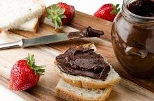 Nutella śliwkowa  Idealnie nadaje się na kanapki albo jako nadzienie do muffin  Składniki ( na 6 małych słoiczków) : 2 kg śliwek 1 tabliczka gorzkiej czekolady 6 łyżek kakao  Pr...
