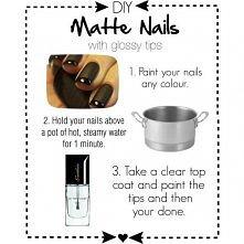 1. Pomaluj paznokcie ulubionym lakierem. 2. Trzymaj je chwilę nad gotującą si...
