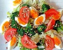 Kolorowa sałatka z sosem czosnkowym   SKŁADNIKI NA OK. 4 SPORE PORCJE :  głów...