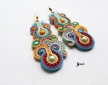 Eleganckie kolczyki wykonane motodą haftu soutache utzrymane w tonacji pastelowej. Do wyrobu użyłam taśmy ozdobnej, koralików Toho,koralików fire plish, żółtych kulek jadeitów. ...