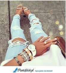 Jasne jeansy i dużo dodatków