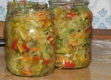 Składniki: 3 kg cukini obranej i bez środków 4-5 średnich cebul ok 500g 3 średnie marchewki ok 500g 1 kg kolorowej papryki 4+2 łyżki soli z czubem olej po łyżce na słoik  zalewa...