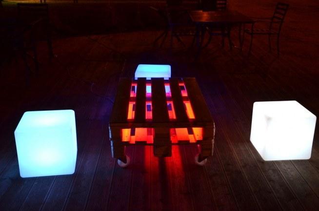 Podświetlany stolik LED z palet zmieniający kolory na pilota. W pełni mobilny (stolik jest na kołach) ze szklanym blatem. Dostępny na Ledco.pl