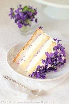 Tort fiołkowy:  biszkopt genueński -  80 g mąki pszennej, 2 łyżki mąki ziemniaczanej,  4 jajka, 100 g cukru pudru, 1 łyżeczka cukru z prawdziwą wanilią, 20 g stopionego masła, s...