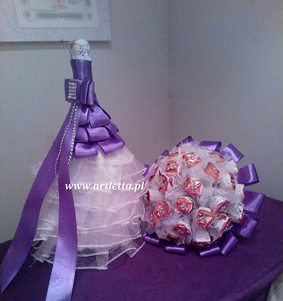 Bardzo dobra butelka wina w sukni ślubnej i bukiet z cukierków na prezent śl TG15